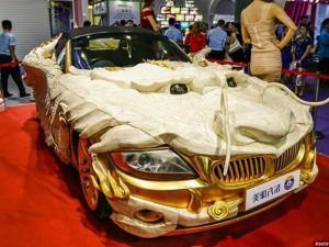 """Phi thường - kỳ quặc - """"Siêu xe rồng"""" dát 1.999 miếng vàng, 30.000 xương chân bò"""