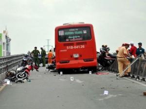 Tin tức trong ngày - TPHCM: Xe khách tông 7 xe máy, cô gái văng khỏi cầu