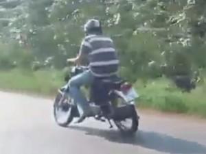 Tin tức Việt Nam - Clip: Xe máy lệch 2 bánh vẫn bon bon trên đường