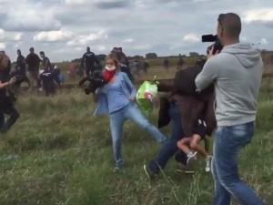Tin tức trong ngày - Nữ quay phim bị sa thải vì đá, ngáng chân người tị nạn