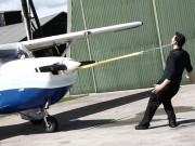 """Clip Đặc Sắc - """"Vua"""" kỷ lục Guinness kéo máy bay 677kg bằng tai"""