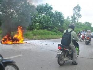 Cô gái khóc lóc, bất lực nhìn xe máy cháy trơ khung