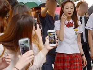 40 tuổi, Choi Ji Woo vẫn hồn nhiên trong bộ váy nữ sinh
