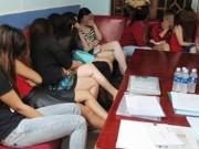 An ninh Xã hội - Nữ tiếp viên nhà hàng ùn ùn leo sân thượng trốn đoàn kiểm tra