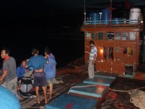 Tin tức trong ngày - 5 ngư dân rơi xuống biển mất tích