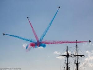 Tin tức trong ngày - Máy bay nhào lộn ngoạn mục, vẽ trái tim trên bầu trời Anh