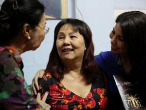 Mẹ và em gái Lý Hùng giản dị đến thăm nghệ sĩ Hoàng Lan