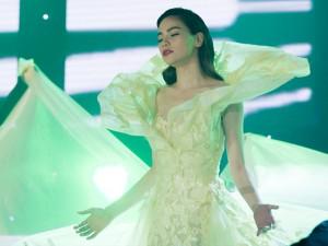 Sao ngoại-sao nội - Hà Hồ diện váy dài 4m, bao phủ cả 10 vũ công