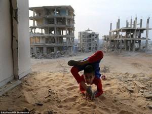 Thế giới - Người nhện nhí uốn dẻo điêu luyện ở vùng chiến sự