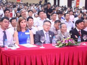 8X + 9X - GS Ngô Bảo Châu về dự lễ thành lập 50 năm trường cũ