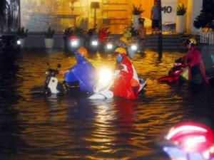 """Tin tức Việt Nam - Video: Người và xe """"bơi"""" trên phố sau mưa lớn ở TP.HCM"""
