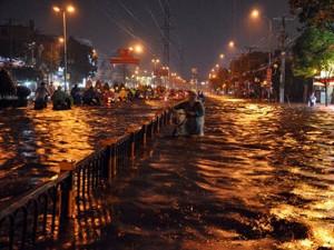 Tin tức trong ngày - TP.HCM: Đường thành sông, người và xe bập bềnh trong nước