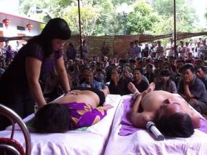 """Tin tức Việt Nam - Trị bệnh bằng giẫm đạp: """"Khỏi hay không là việc của người ta"""""""