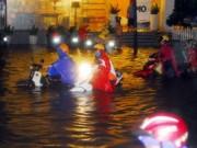 """Bản tin 113 - Người và xe """"bơi"""" trên phố sau mưa lớn ở TP.HCM"""