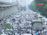 """Camera hành trình - Dỡ rào chắn """"lô cốt"""" gây tắc đường khủng khiếp ở Hà Nội"""