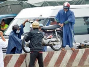 Tin tức Việt Nam - TP.HCM: Ùn tắc 5km, dân bê xe qua dải phân cách thoát thân