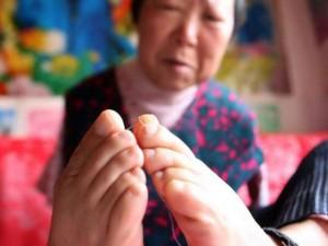 Chuyện lạ - Khâm phục cụ bà 70 tuổi làm mọi việc bằng chân