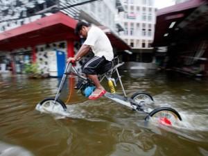 Tin tức trong ngày - Dân Thái Lan chế phương tiện sống chung với ngập lụt