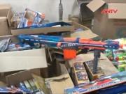 Thị trường - Tiêu dùng - HN: Thu giữ lượng lớn đồ chơi bạo lực và thực phẩm TQ