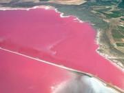Du lịch - Bí ẩn hồ nước màu hồng hấp dẫn hàng ngàn khách du lịch