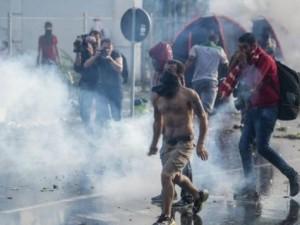 Cảnh sát Hungary dùng vòi rồng, hơi cay chặn người di cư