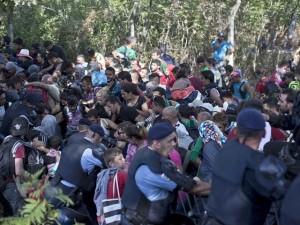 Đám đông di dân giận dữ phá vỡ hàng rào cảnh sát