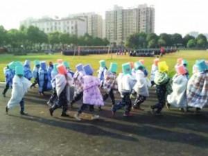 Bạn trẻ - Cuộc sống - Sinh viên bị phạt đội xô, quấn chăn chạy dưới nắng nóng