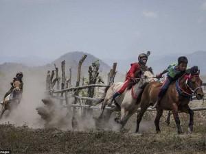 Tin tức trong ngày - Rùng mình xem trẻ lên 5 ở Indonesia trổ tài đua ngựa