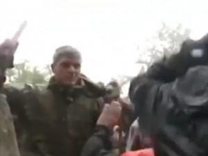 Clip: Cảnh sát Macedonia dùng dùi cui đánh người di cư