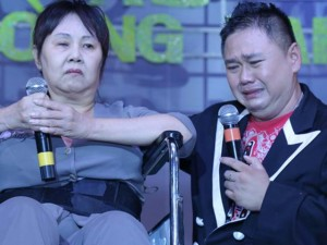 Minh Béo khóc nức nở bên nghệ sĩ Hoàng Lan