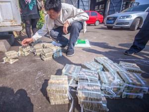 Tin tức trong ngày - TQ: Tông chết người, hãng xe buýt bồi thường 10kg tiền lẻ