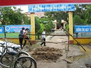 Giáo dục - du học - Dân rào cổng trường, yêu sách với UBND huyện