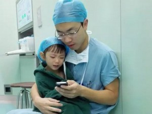 Tin tức trong ngày - TQ: Sốt ảnh bác sĩ ôm bé gái vỗ về trước ca phẫu thuật