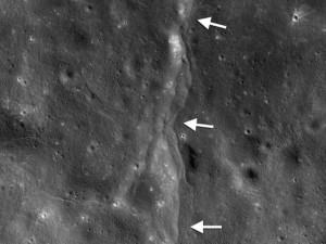Tin tức trong ngày - Trái đất đang khiến Mặt trăng teo nhỏ?