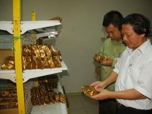 Thị trường - Tiêu dùng - HN: Tiêu hủy hàng trăm kg bánh Trung thu không rõ nguồn gốc