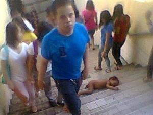 Bạn trẻ - Cuộc sống - Xót xa cảnh bé trai không quần áo ngủ ở cầu thang công cộng