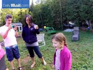 Bạn trẻ - Cuộc sống - Clip ông bố sáng tạo khi nhổ răng cho con gái yêu