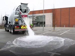 Tin tức trong ngày - Mặt đường bê tông hút 4.000 lít nước ngập trong 1 phút