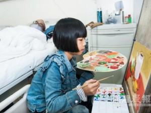 Bạn trẻ - Cuộc sống - Bé gái 8 tuổi vẽ tranh kiếm tiền chữa bệnh cho bố