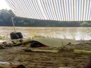 Tin tức trong ngày - Chồng nhảy xuống sông cứu vợ, cả hai bị nước cuốn trôi