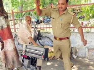 """Tin tức trong ngày - Ấn Độ: Sốt ảnh cụ ông đánh máy dạo bị cảnh sát đá nát """"cần câu cơm"""""""