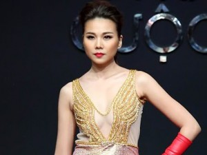 Thời trang - Thanh Hằng diện váy cổ V gợi cảm đi catwalk