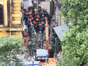 Ảnh: Hối hả cứu nạn tại hiện trường sập ngôi nhà cổ ở HN