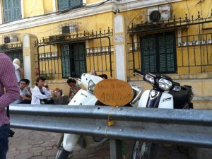 """Tin tức Việt Nam - HN:Tấm biển kì lạ """"Hỏi đường 10k/lượt"""" của tài xế xe ôm"""