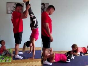Bạn trẻ - Cuộc sống - Clip: Bố mẹ và con trai tập thể dục siêu ngộ nghĩnh