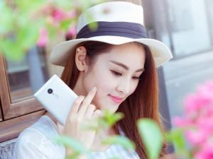 """Thời trang Hi-tech - Mỹ nữ """"tự sướng"""" bên smartphone"""