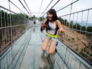 """Phi thường - kỳ quặc - """"Toát mồ hôi"""" với cây cầu bằng kính cao nhất thế giới"""