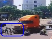"""Video An ninh - Clip: Khoảnh khắc """"hung thần xa lộ"""" ủi loạt xe máy"""