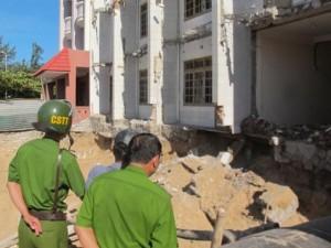 Tin tức trong ngày - Sập móng khách sạn, cát đá chôn vùi 2 công nhân