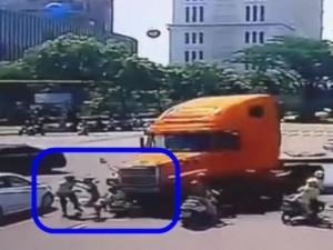 """Tin tức trong ngày - CSGT thông tin vụ container """"điên"""" ủi loạt xe máy ở TPHCM"""